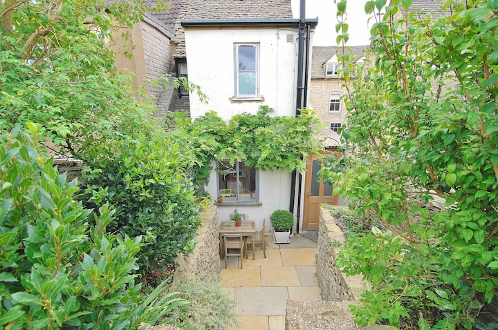 Cosy Cotswold Stone Cottage in the village centre
