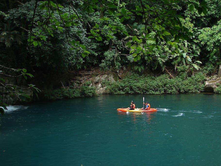 Para tí que éres amante de las actividades al aire libre, practica el kayakismo en aguas planas.