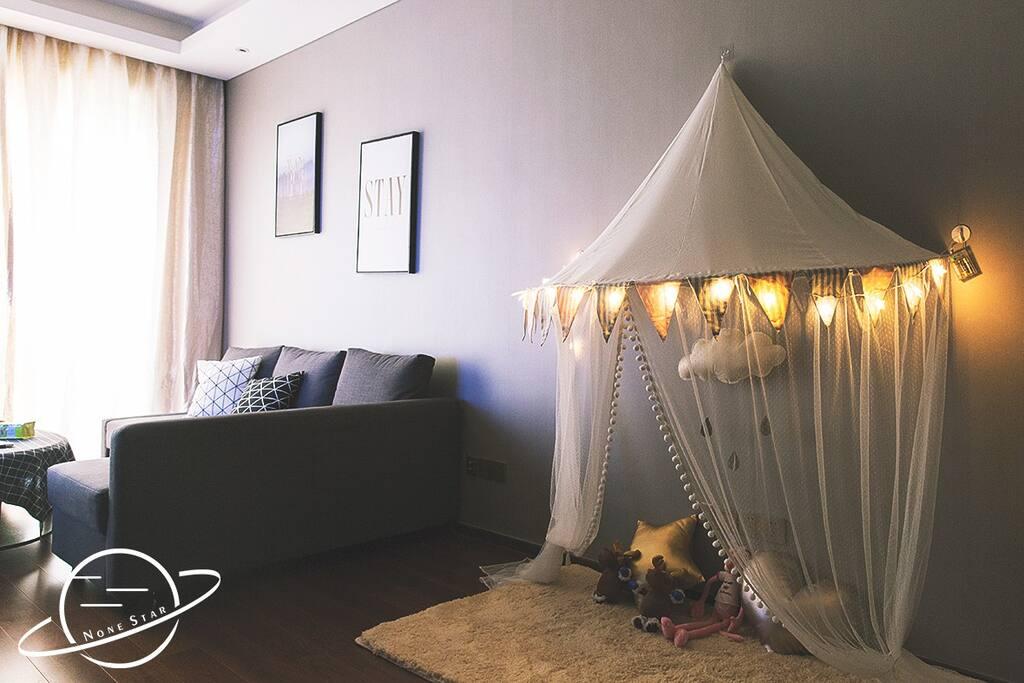 帐篷上有星星灯,很梦幻哦