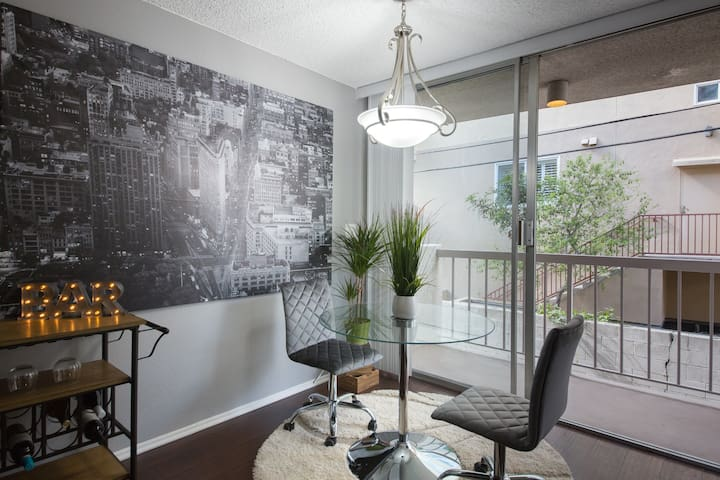 Mid-century modern Jr one bedroom apt with parking