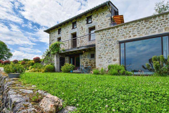 Casa con jacuzzi, sauna, piscina y vistas de la campiña de Cantal.