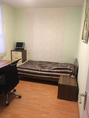 Sehr komfortabler , Einzel Zimmer.Näher Ku'damm