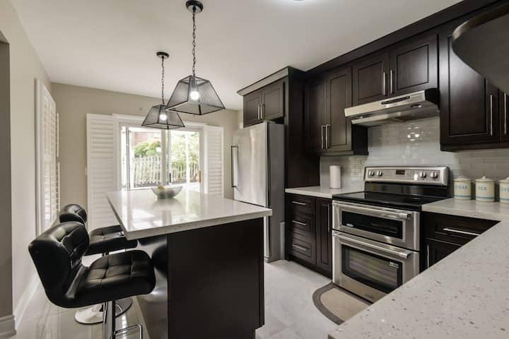 Comfortable & Luxury 4 BR house in Oakville