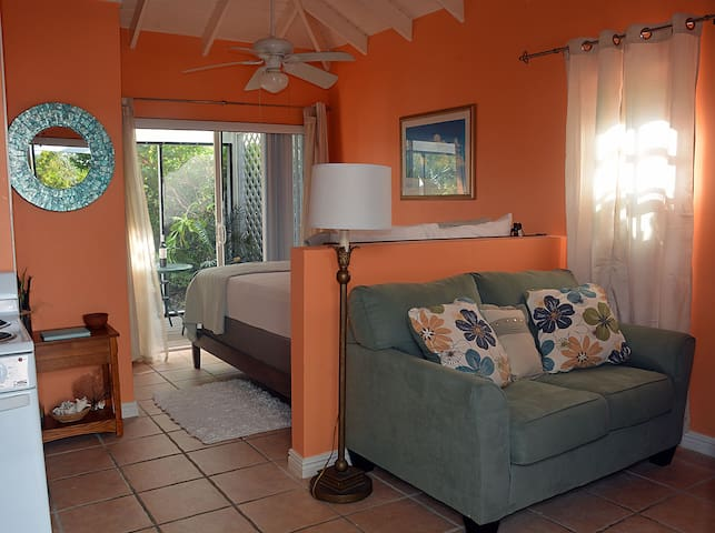 Pelican Cottage -Mins. to the Beach!! Car 4 Rent! - Leeward Settlement