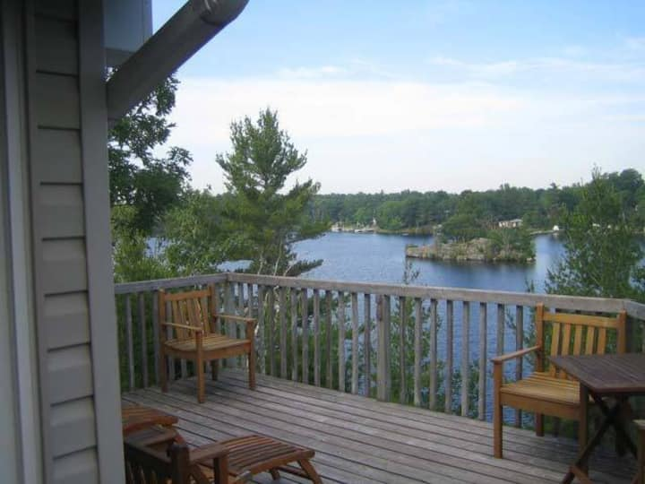 Beautiful 3 bedroom lakeside getaway!
