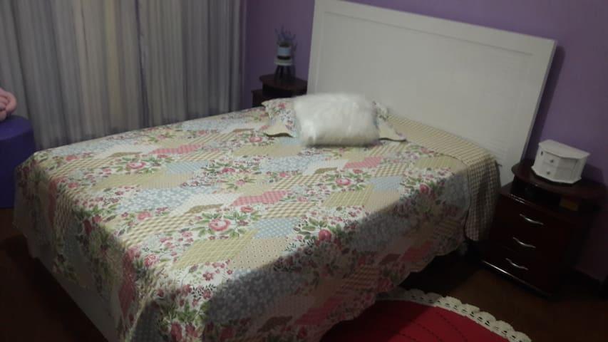 Quarto suíte c/ cama de casal - varanda.