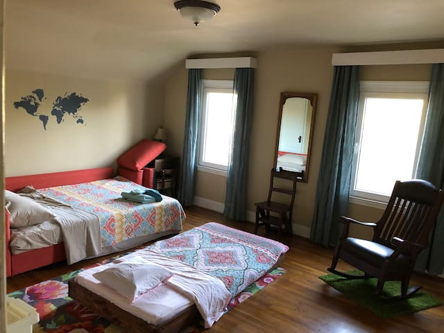 Guestroom (Queen) close to downtown, GWCC, stadium