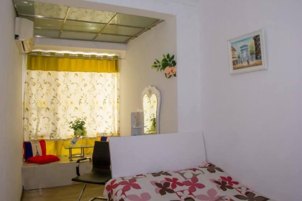 漂亮的梳妆台,飘窗,舒适温馨的房间