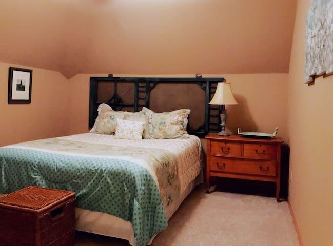 United Kingdom 3rd Floor Retreat - Irish Moss Room with Queen Bed