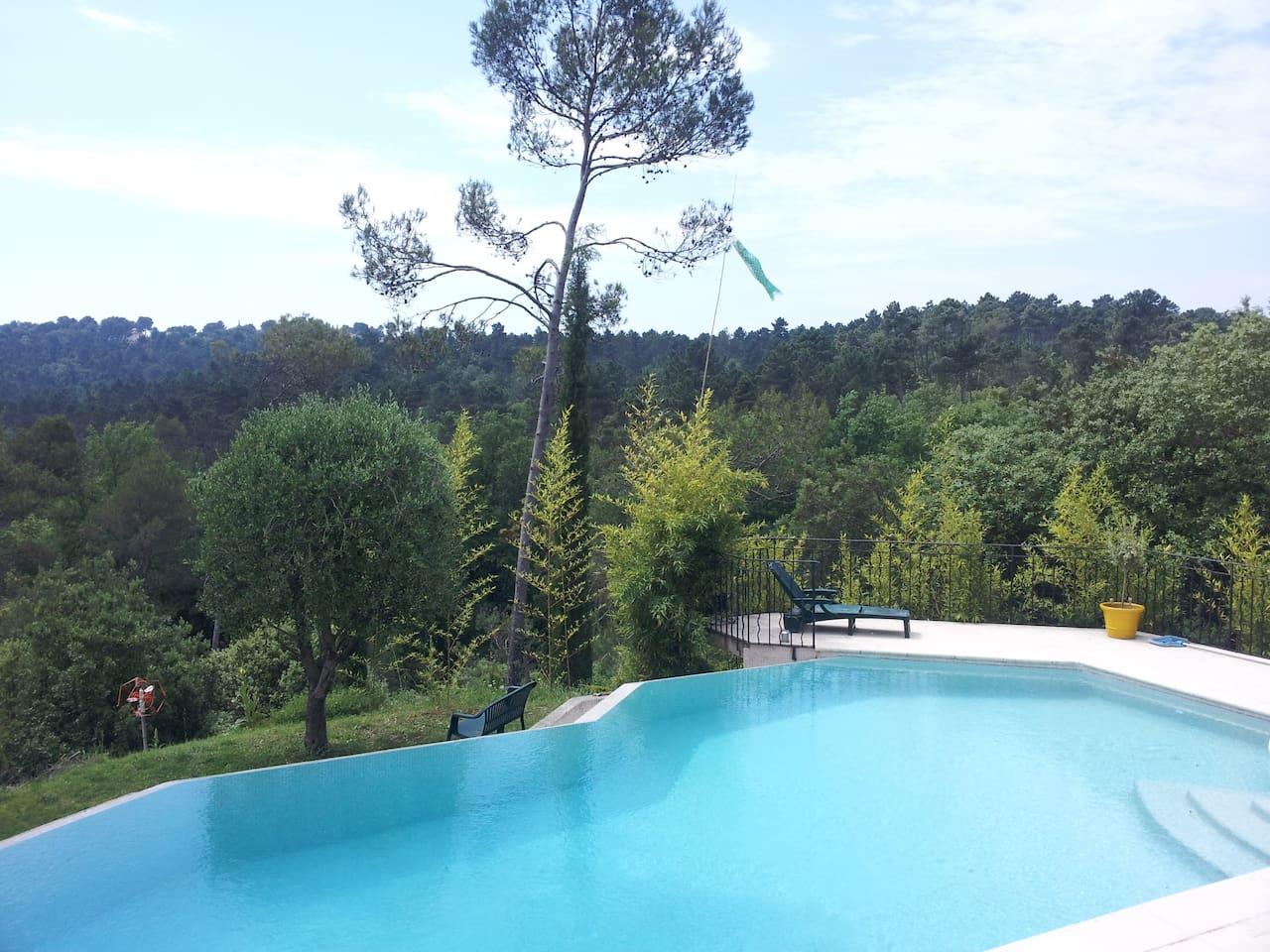 La piscine avec débordement est chauffée de juin a septembre.