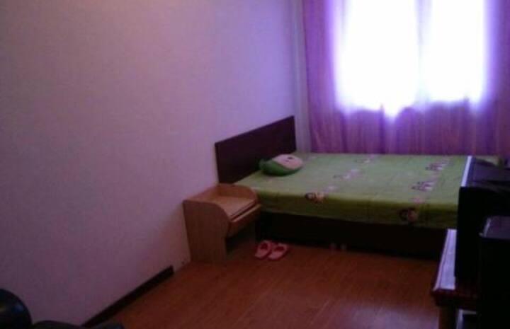 单间公寓,新站广场银河洗浴后侧那栋楼有多套公寓出租房间电话13298842888