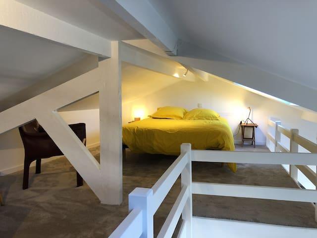 Mezzanine avec un lit 2 personnes et vue mer