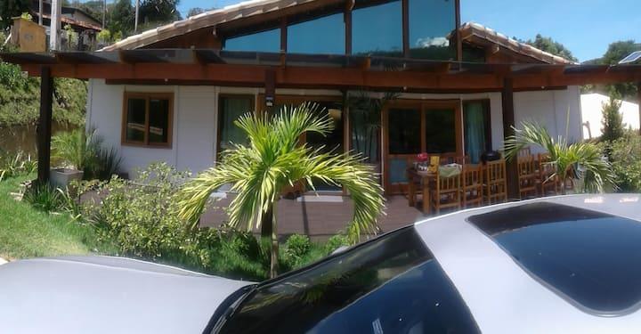 Casa e Edícula com piscina e churrasqueira