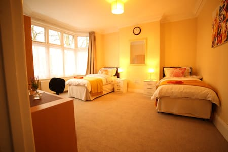 Elms@ THE BRANTWOOD: 1 bed sleeps 4 overlooks park - Luton - Rumah