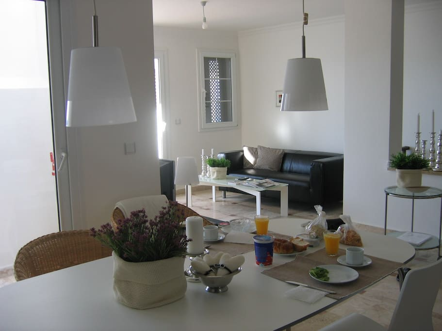 Kig fra køkkenet over spisebord til stuen med sofa