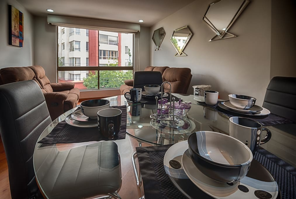 A cozy space for a nice breakfast.Sleeps 4, 2 Bed 2 Bath 85sqm. Spacious apartment ideal for sharing with two double bedrooms with bathrooms each with private balcony located 5 minutes from Calle 100 in the residential zone of La Castellana