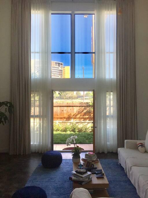 Living room / high ceilings
