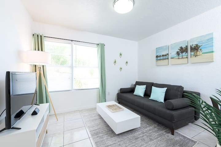 Miami Beach 1 Bedroom 1Block from Ocean on Collins