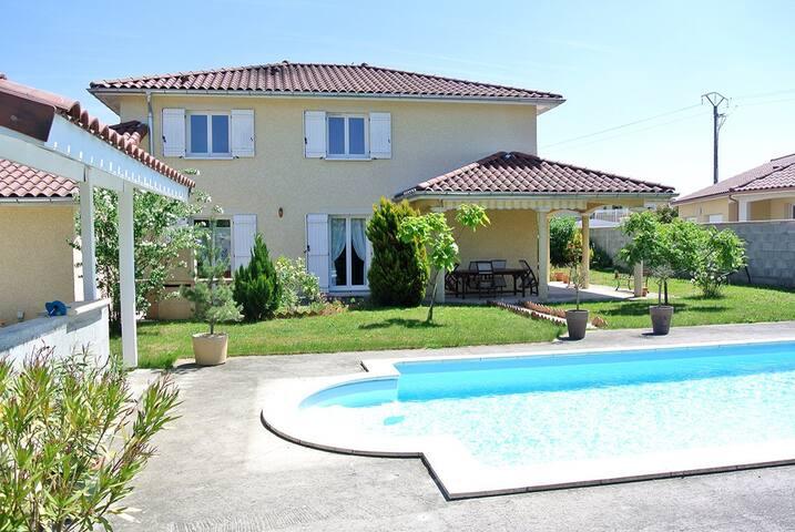 Villa avec piscine proche aeroport - Janneyrias - Casa
