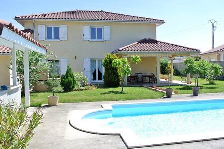 Villa avec piscine proche aeroport - Janneyrias