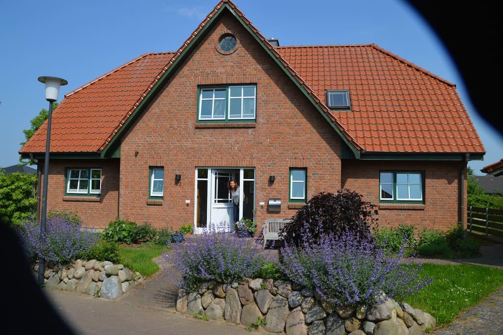 Das Bloomhuus ist ein geräumiges Friesen-Doppelhaus mit großem Blumengarten; der Carport kann zum Unterstellen des Kfz genutzt werden.