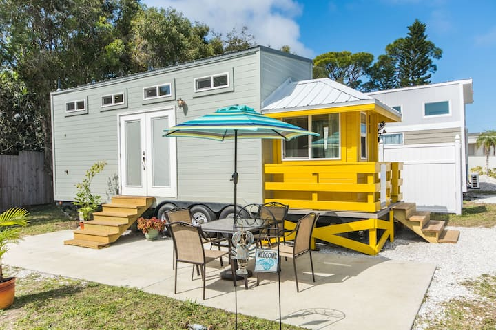 Yellow Lifeguard Stand - Tiny House with Free WiFi