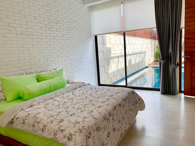 Bedroom with direct access to pool