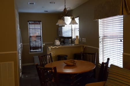 Bedrooms for 2 or 4 and a driver to get you there. - Conroe - Apartament