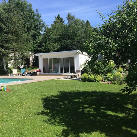 Familyhouse with a lovely garden and outdoor pool. - Huddinge - House