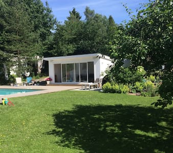 Familyhouse with a lovely garden and outdoor pool. - Huddinge - Haus