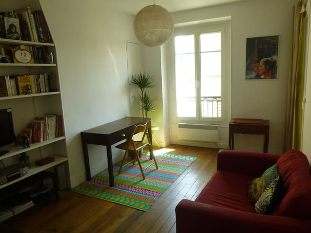 Charming flat in Paris near the old center