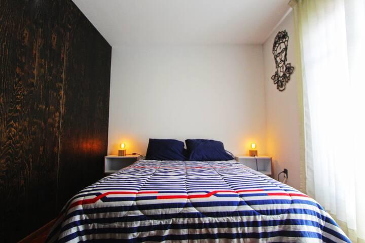 Recámara Frida Khalo, bellamente decorada, ropa de cama siempre limpia, con todo lo necesario para una estancia agradable.