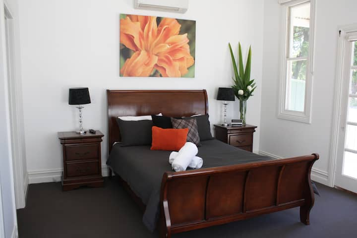 Spacious self contained house walking distance-CBD