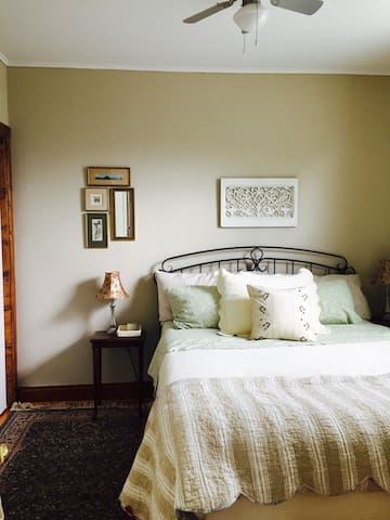 Queen Room in Elora Cottage