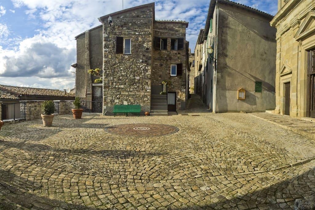 Vista della casa e piazza difronte