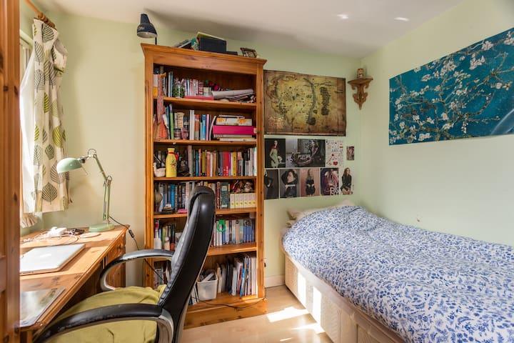 Medium-size cosy single room in Gosport