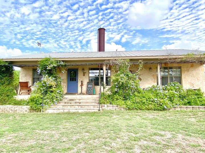 Cozy 2 bedroom cottage close to gruene