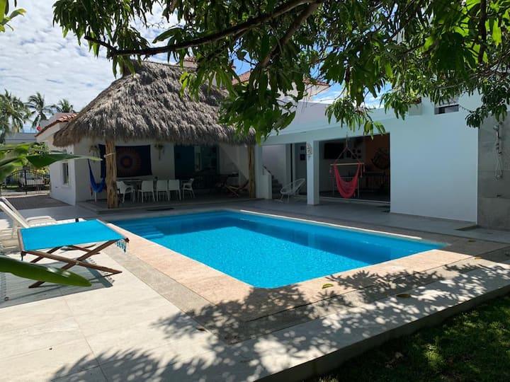 Preciosa Casa Azul en Manzanillo / Club Santiago