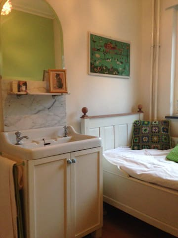 Small single bedroom w. washbasin + breakfast.