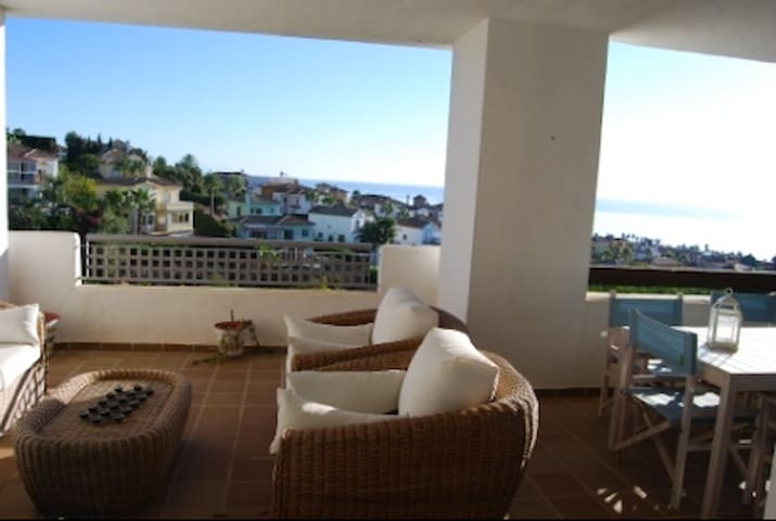 comfortable room in a spacious place with a view - Alcaidesa - Apartament