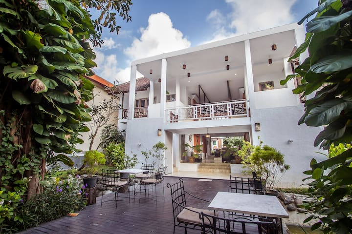 A CHEAP LUXURY PRIVATE RESIDENTIAL HOTEL IN BALI