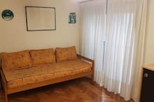 Sofá cama en living comedor