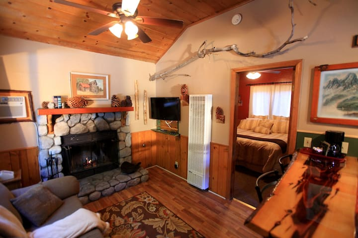 Shy Bunny Suite Cabin with Hot Tub / Pool wow !