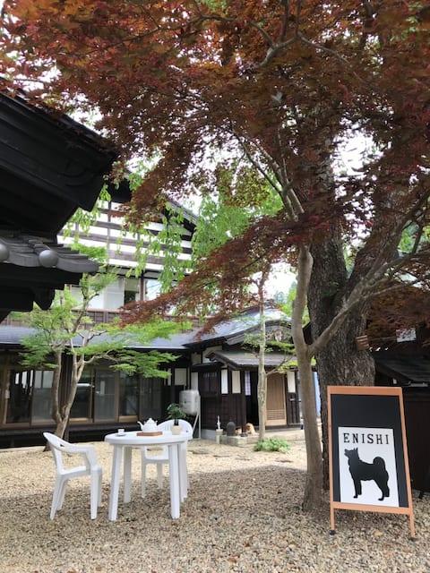 秋田犬が暮らす民泊「縁Enishi」、あなただけの「ハチ公物語」。