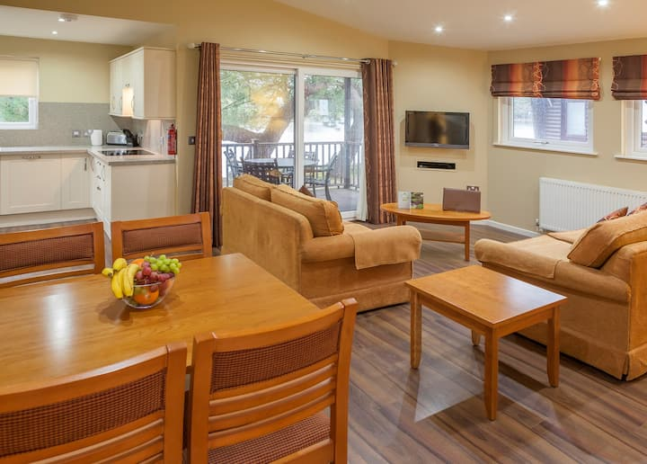 Spacious 2 Bedroom Lodge | Stroll Along the Coastline! Free Wi-Fi + Shared On-Site Pool