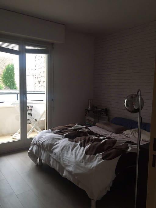 La chambre à coucher, spacieuse, pleine de rangements, dotée d'un balcon pour prendre le soleil!