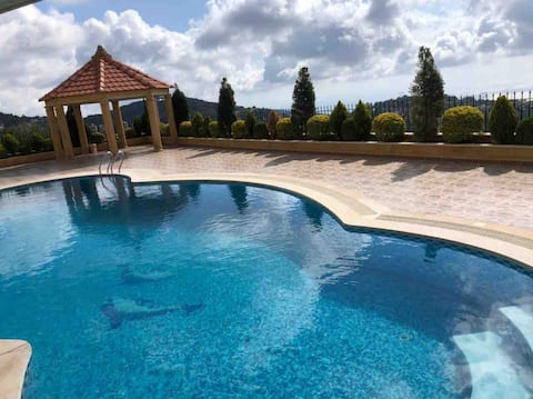 Cheerful 6 bedroom villa with a pool