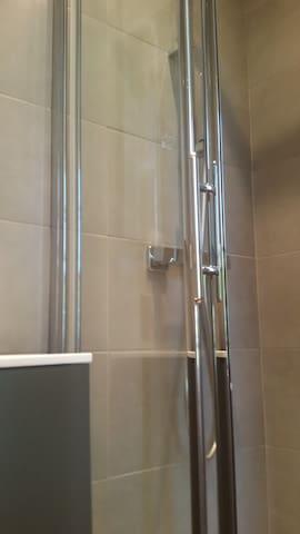 salle d'eau premier étage ( lavabo +douche)