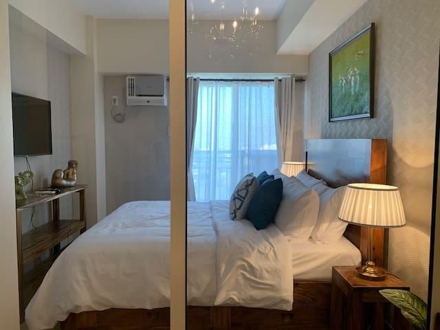 LuxuryManila Hotel feature Ntflx Wifi Parking spce