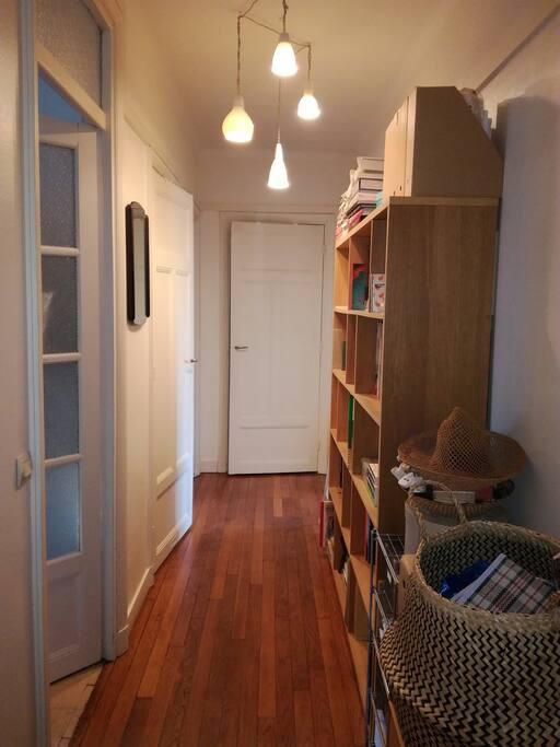 couloir d'entrée distribuant les toilettes, la cuisine, la salle de bain, la chambre et la pièce principale